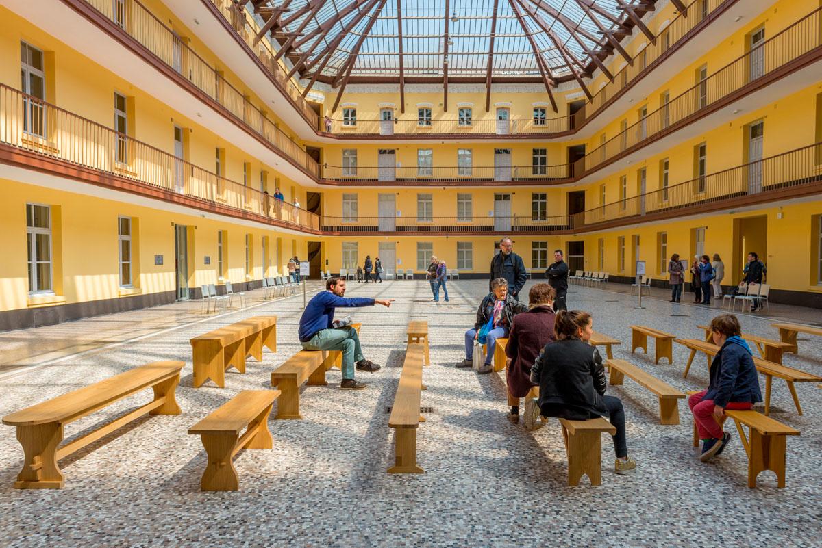 Sur les bancs d'utopie dans la cour du pavillon central du Familistère de Guise.