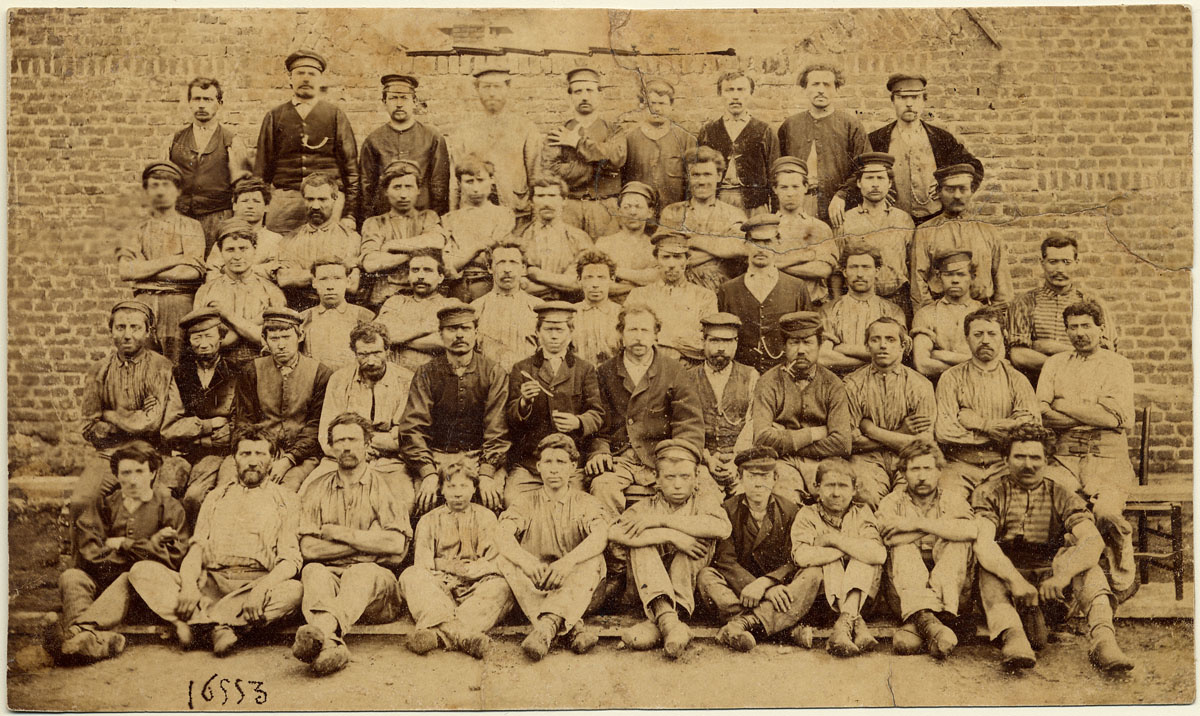 Le personnel de l'atelier de fonderie de l'usine du Familistère de Guise
