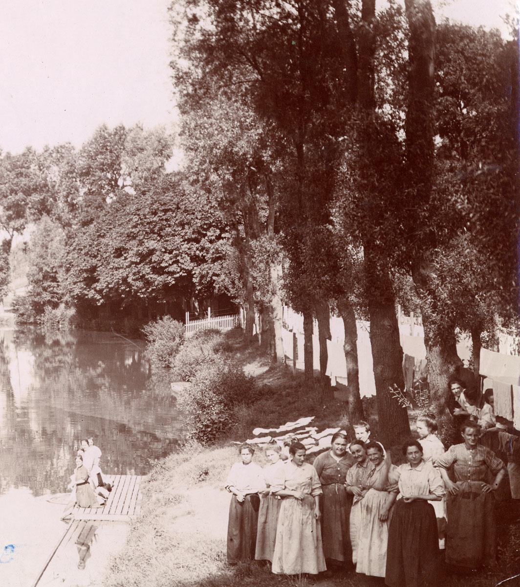 Groupe de femmes devant la buanderie du Familistère