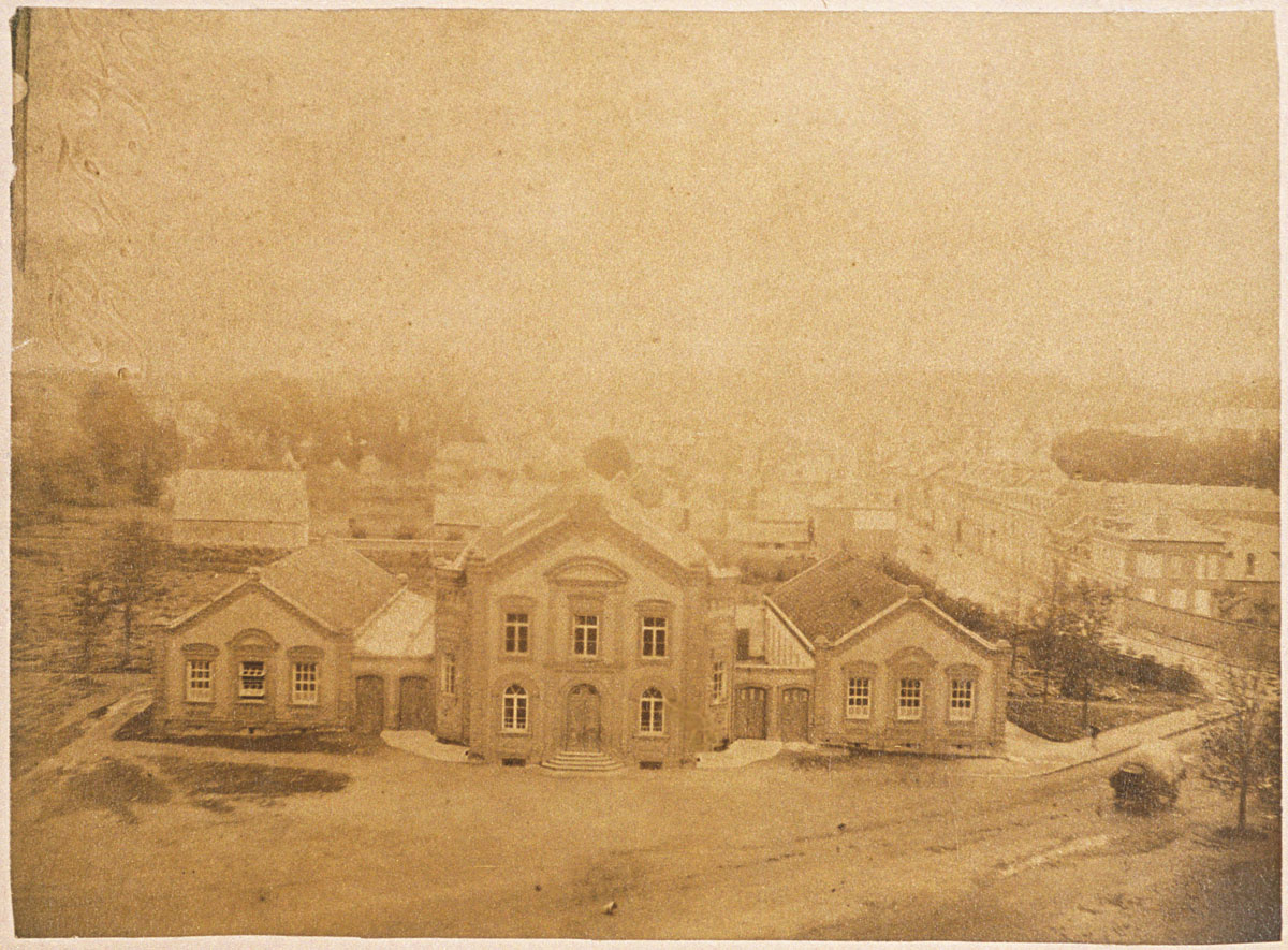 Le théâtre et les écoles du Familistère vus du pavillon central du Palais social