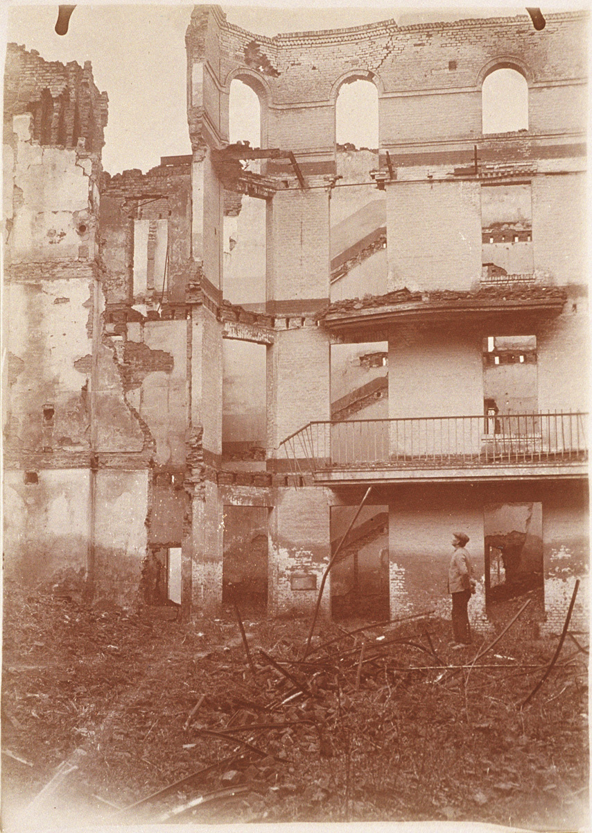 Les ruines de l'aile gauche du Palais social (image)