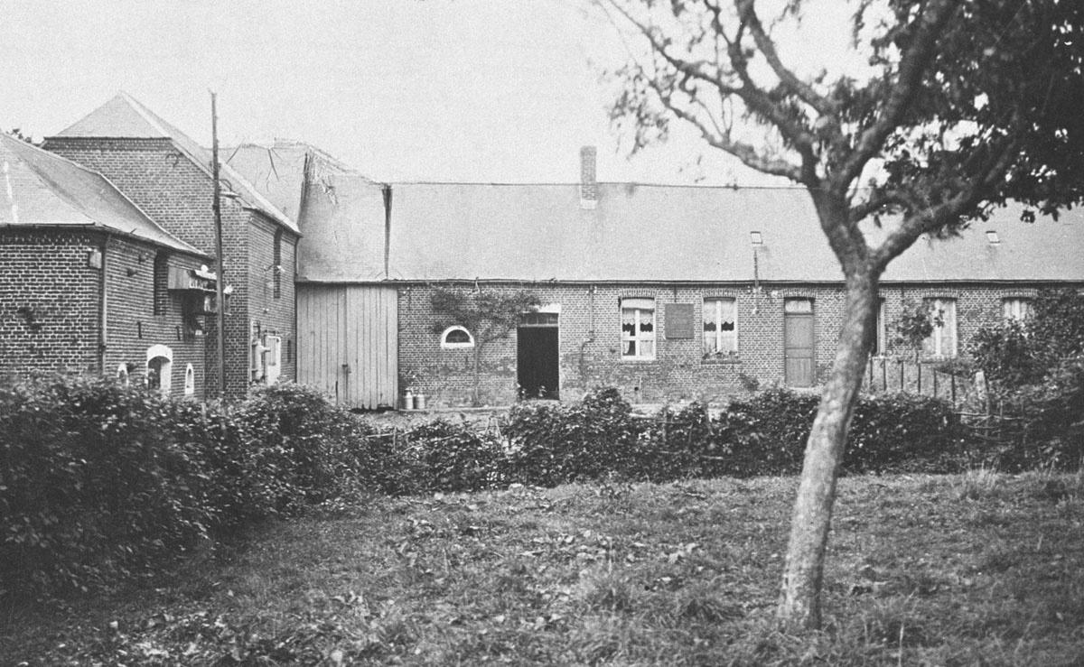 La maison natale de Godin se situe dans le village d'Esquéhéries dans le départe