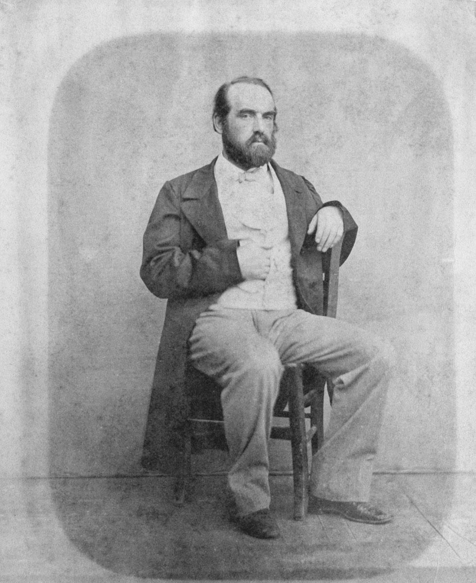 Le portrait montre Godin, assis sur une chaise, à l'époque de la construction du