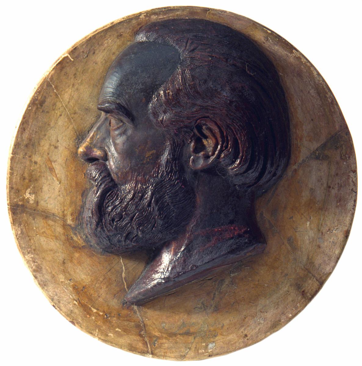 Le relief en cire en forme de médaillon représente la tête de Godin.