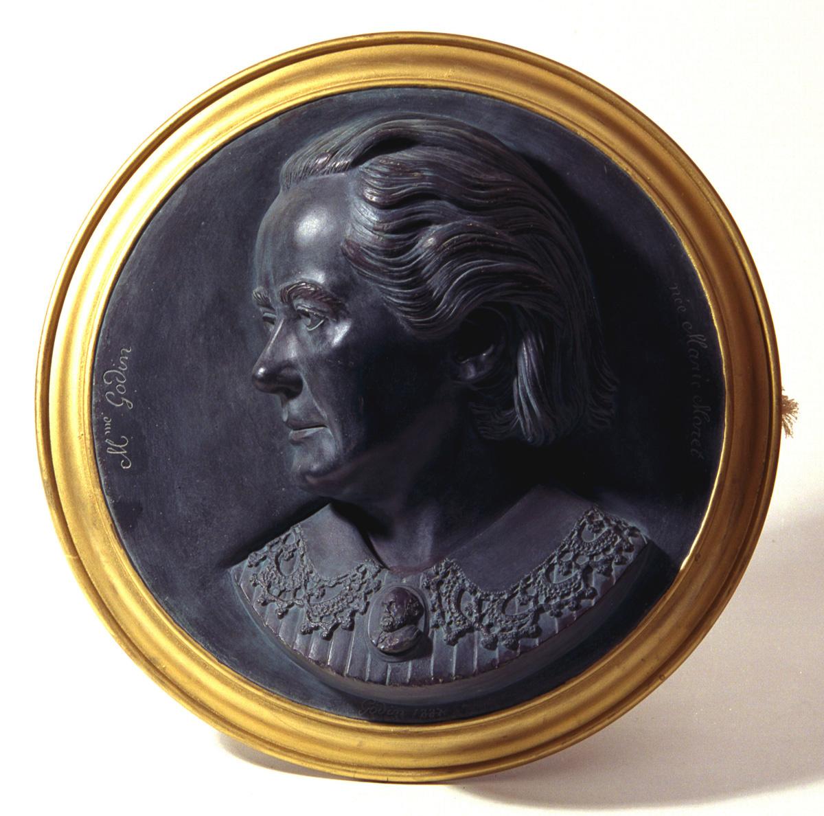 Le relief représente la tête de la seconde épouse de Godin, Marie Moret, qui por
