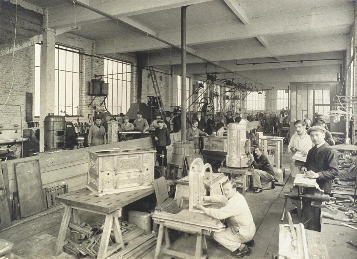 La photographie représente l'intérieur de l'atelier des modèles de l'usine Godin
