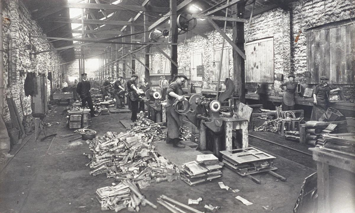 La photographie montre l'intérieur de l'atelier d'ébarbage de l'usine du Familis