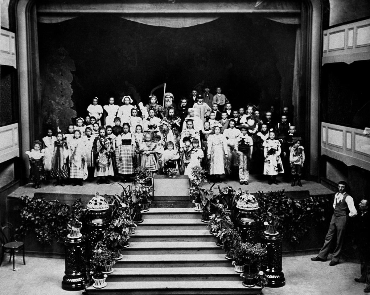 Enfants costumés sur la scène du théâtre du Familistère en 1899