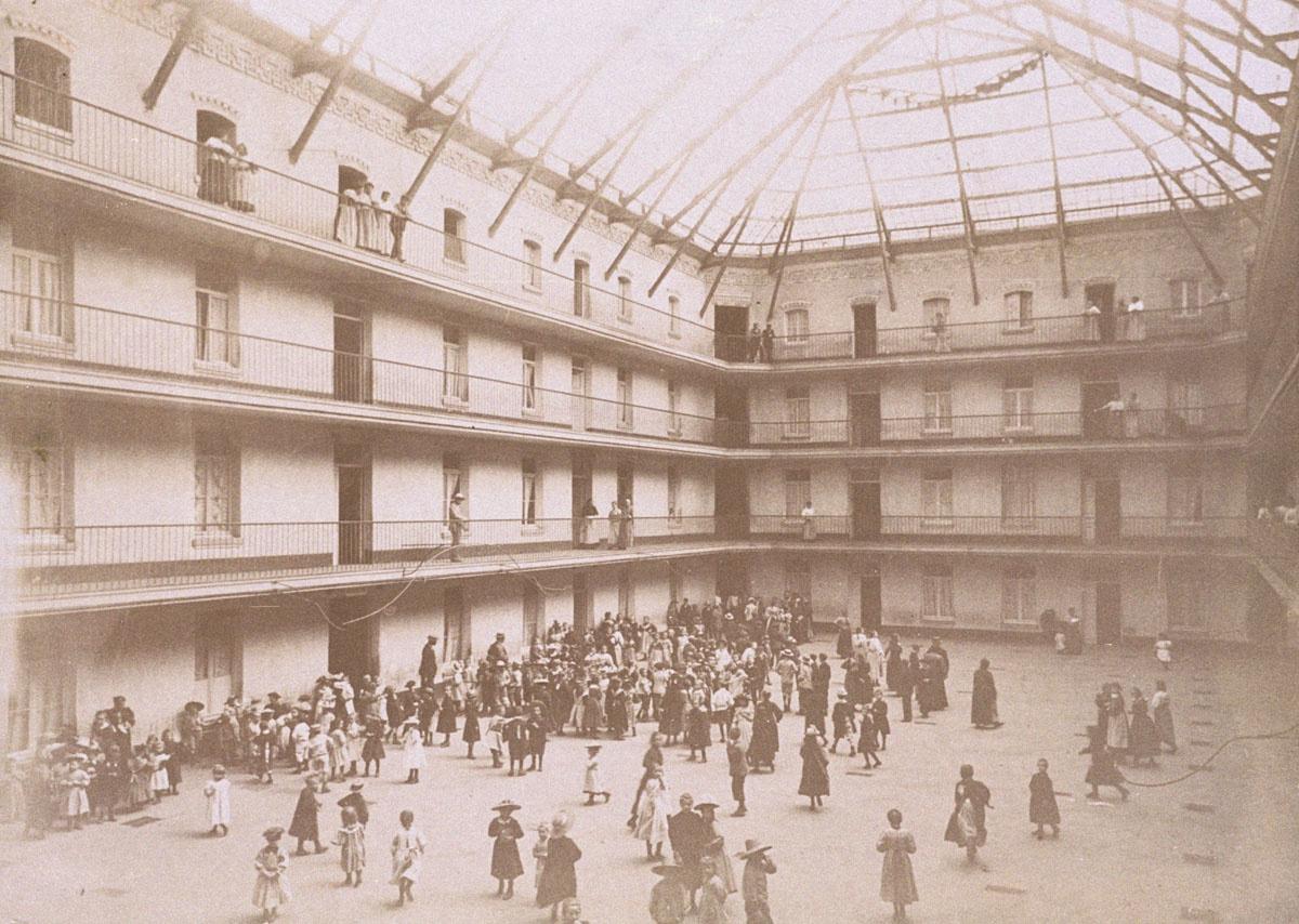 La photographie est prise au moment du rassemblement des écoliers dans la cour d