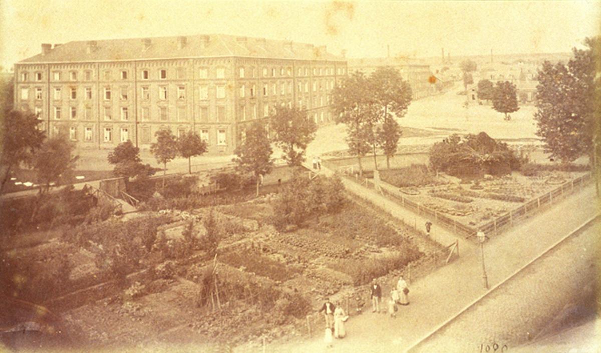 L'aile droite du Palais social est photographiée d'une fenêtre d'un étage du pav