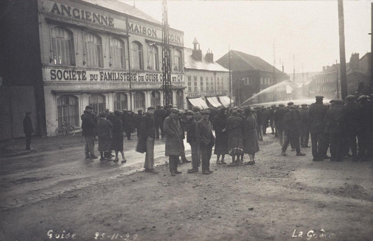 La photographie montre les ouvriers en grève devant l'usine du Familistère de Gu
