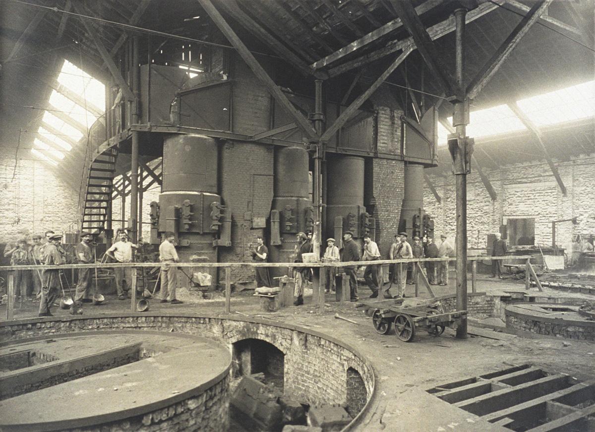 La photographie montre les mouleurs devant les cubilots de l'usine du Familistèr