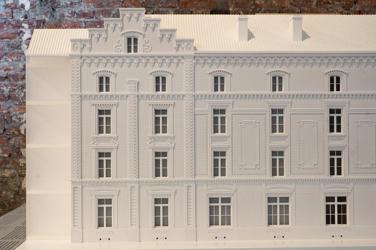 La photographie représente la partie ouest de la façade sud de la maquette