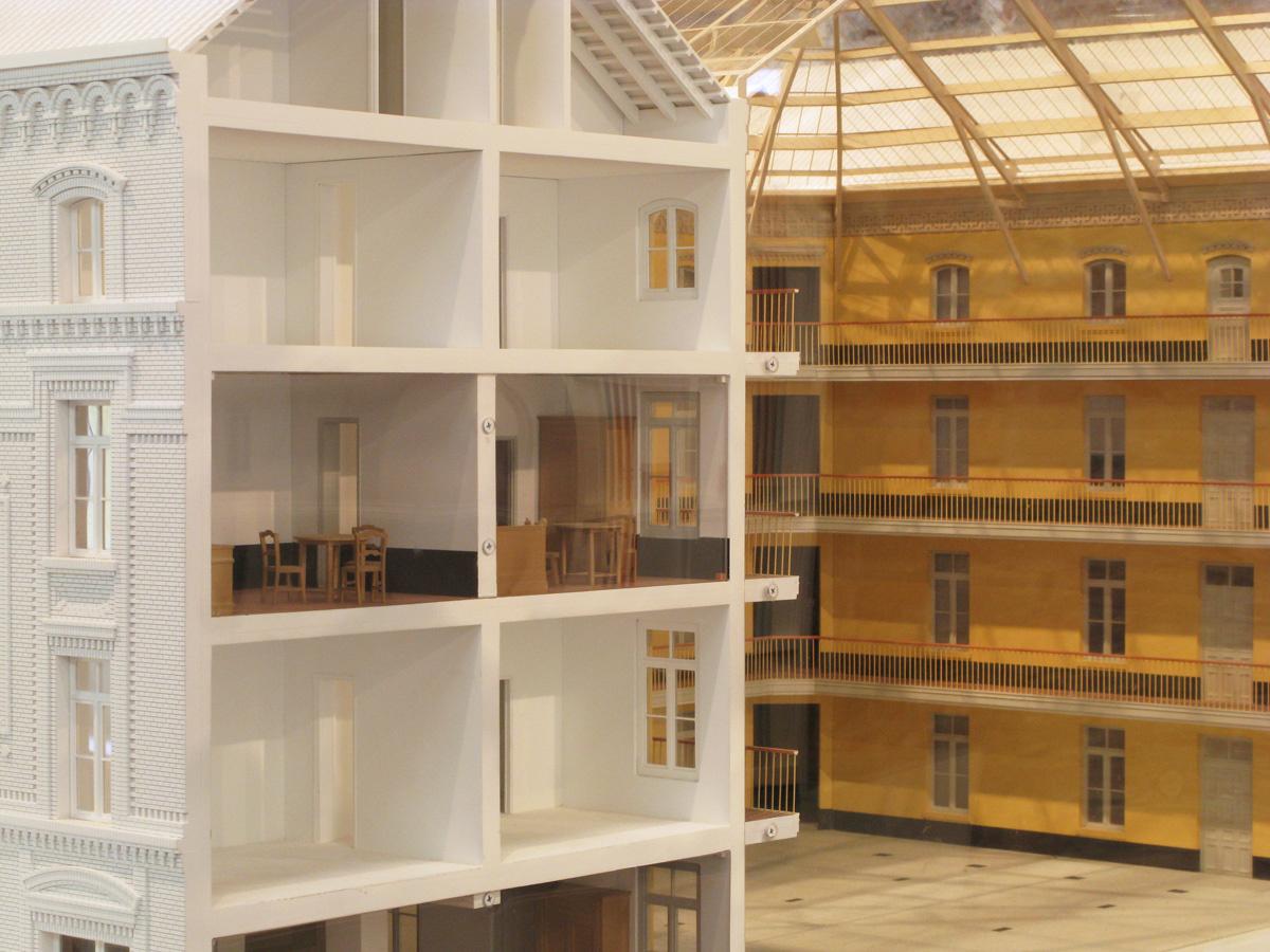 La photographie montre une coupe de la maquette sur des appartements de l'aile s