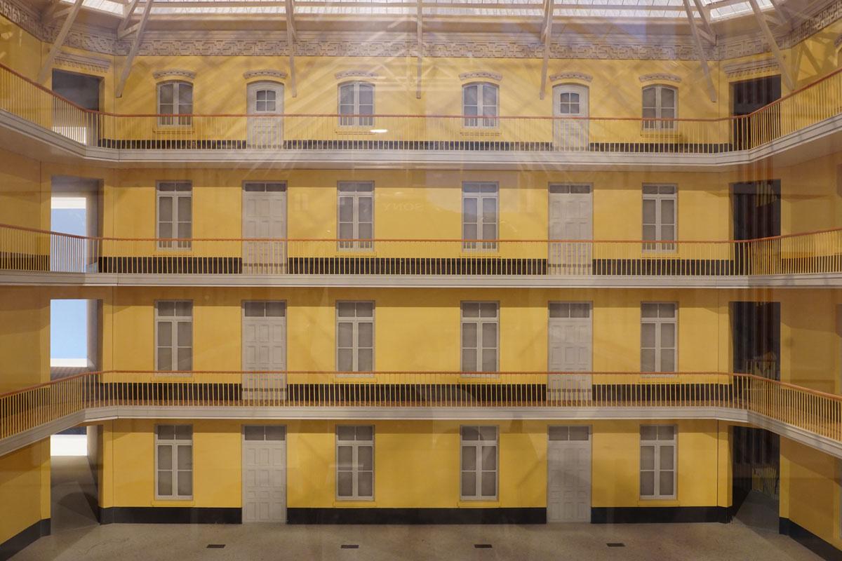 La photographie montre la façade ouest sur cour intérieure de la maquette