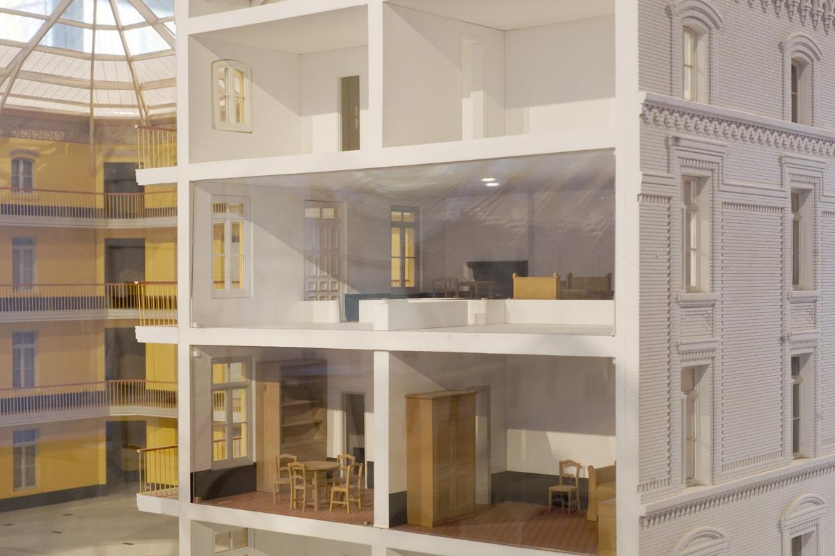 La photographie montre un écorché de la maquette sur des appartements meublés.