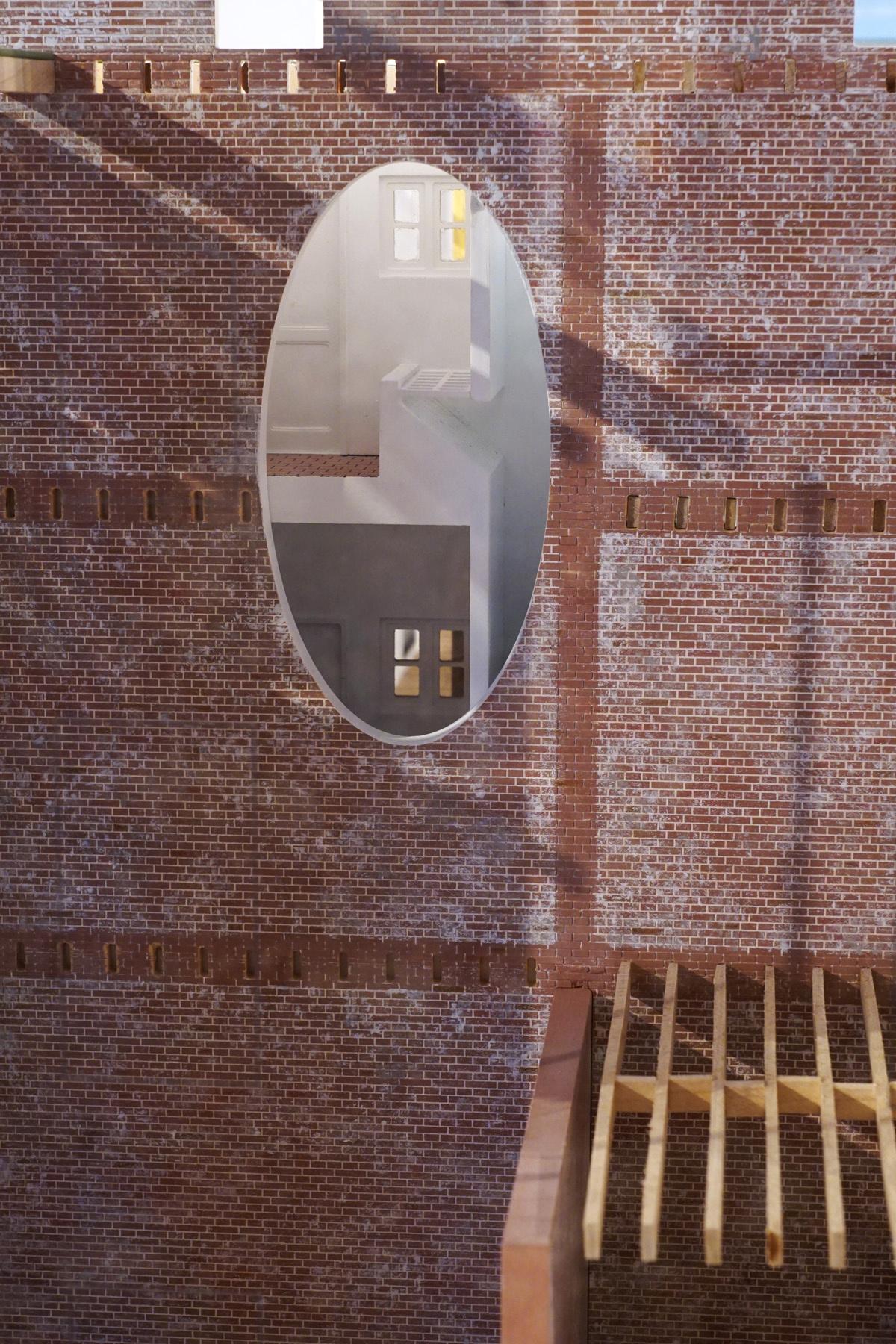 La photographie montre un écorché de la maquette sur les cabinets à balayures.