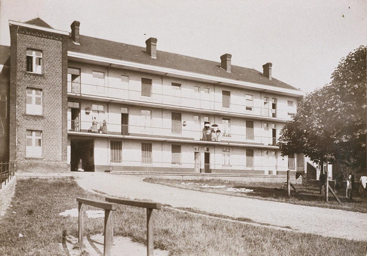 La photographie montre la façade postérieure du pavillon Landrecies
