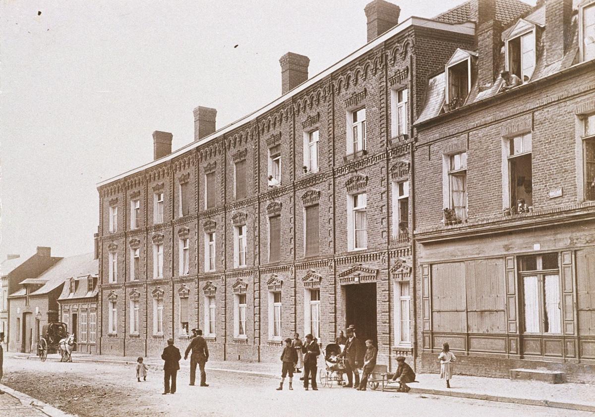 La photographie montre la façade sur rue du pavillon Landrecies.