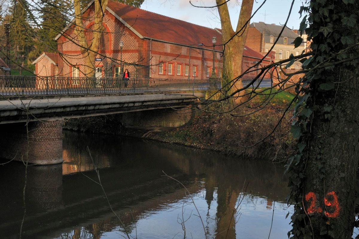 La buanderie-piscine du Familistère est située au bord de l'Oise.