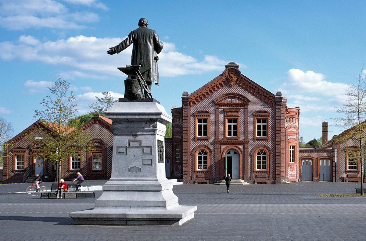 Le théâtre fait face à la statue de Godin sur la place du Familistère.