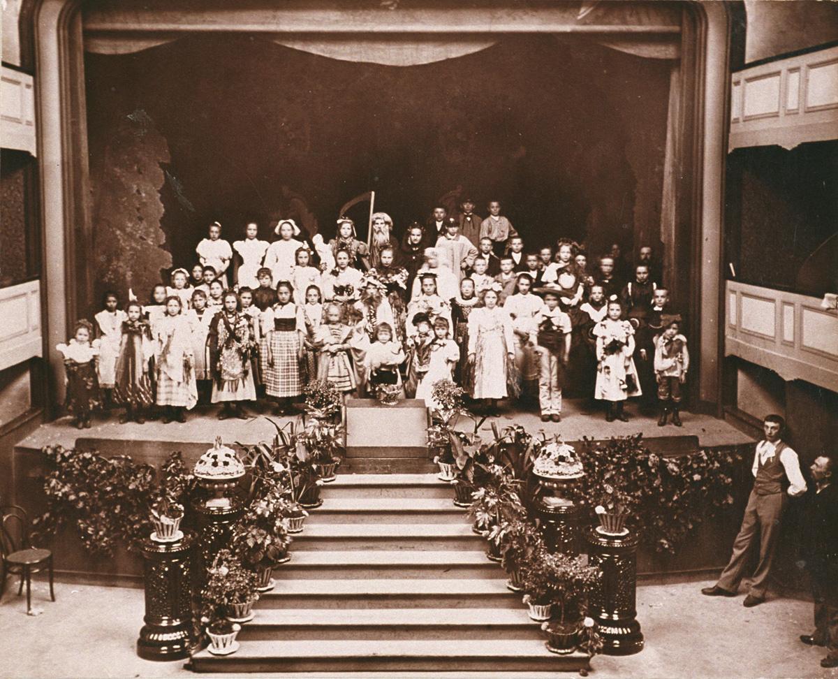 Les enfants costumés sont rassemblés sur la scène du théâtre du Familistère.