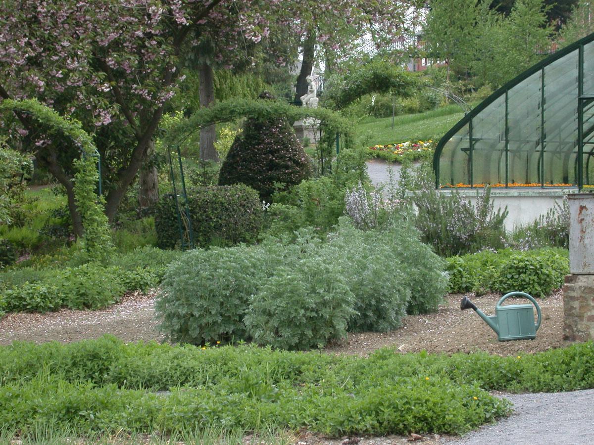 Un potager est cultivé dans le bas du jardin d'agrément du Familistère.