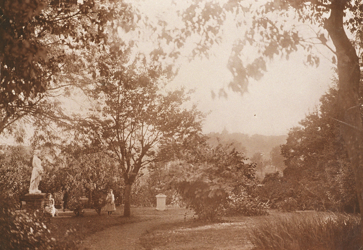 Le jardin d'agrément du Familistère était orné de vases et de statues.