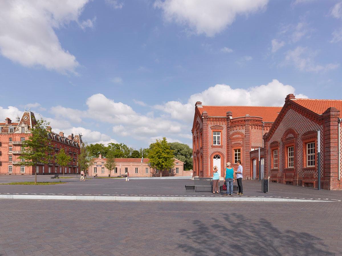La place du Familistère devant le théâtre et les écoles.