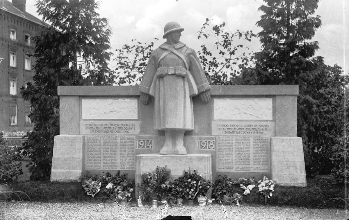 Le monument aux morts du Familistère est vu de face.