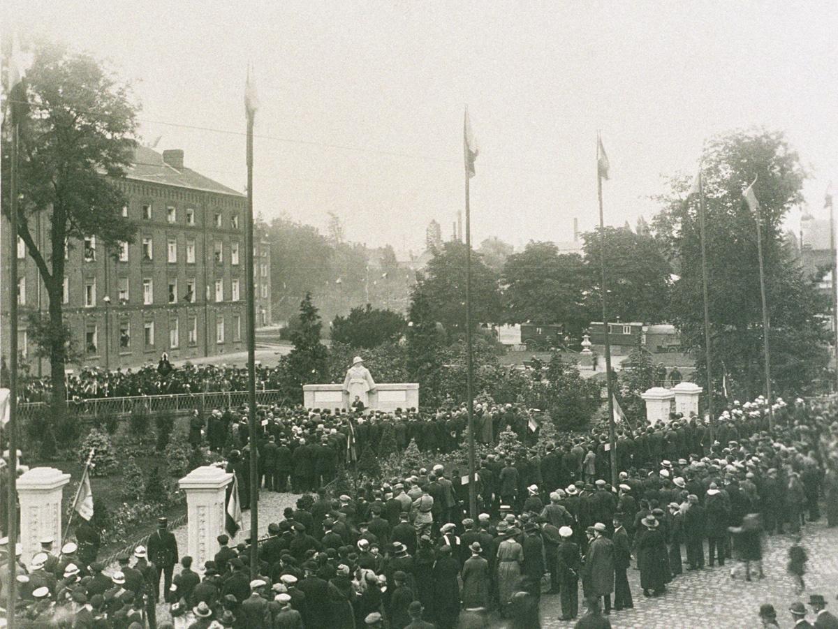 La cérémonie rassemble une foule nombreuse autour du monument.