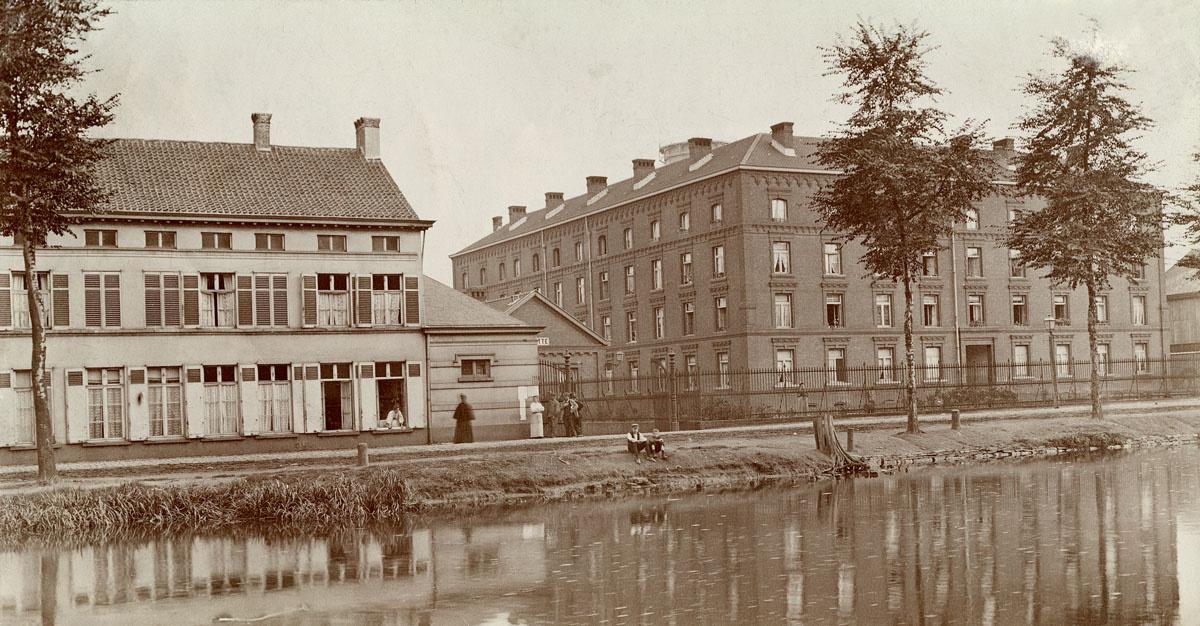 Le Familistère de Laeken ets photographié de la rive opposée du canal de Willebr