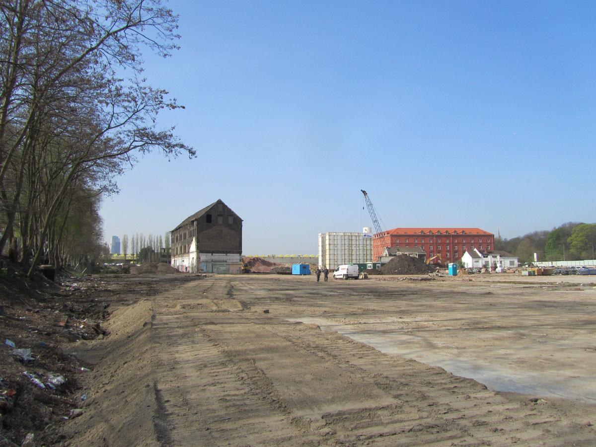 La photographie montre le terrain dégagé du Familistère de Laeken.