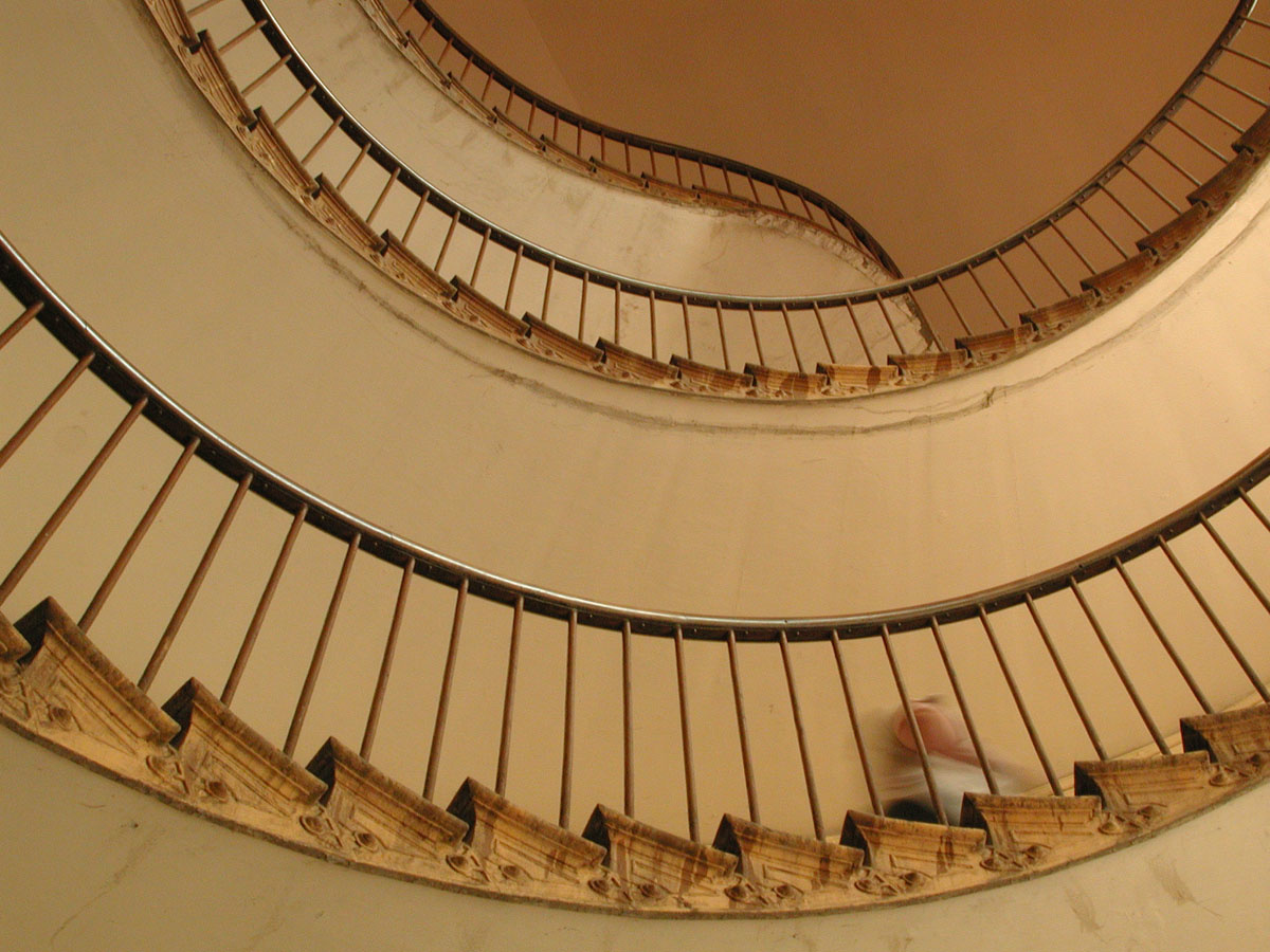 Un escalier d el'aile droite du Familistère est vu en contreplongée
