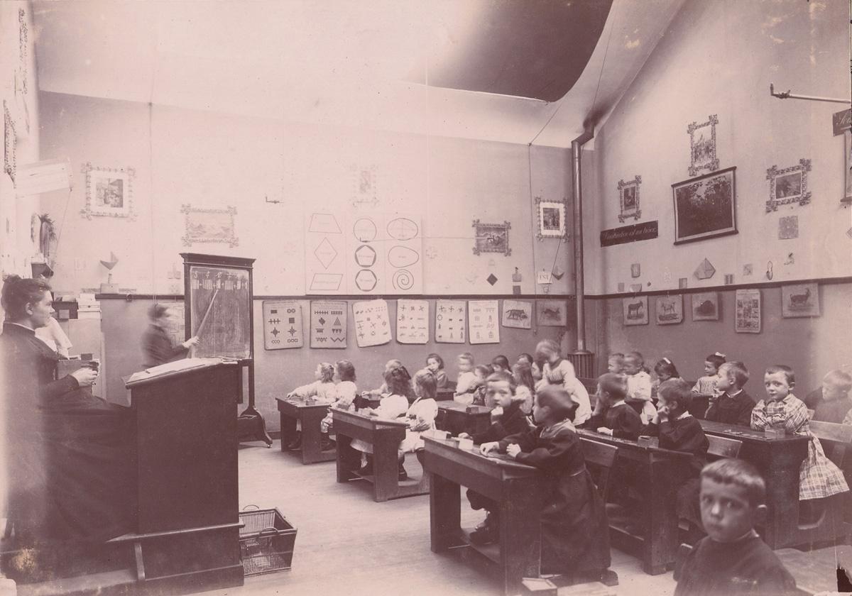 Une leçon d'arithmétique a lieu dans une classe maternelle des écoles du Familis