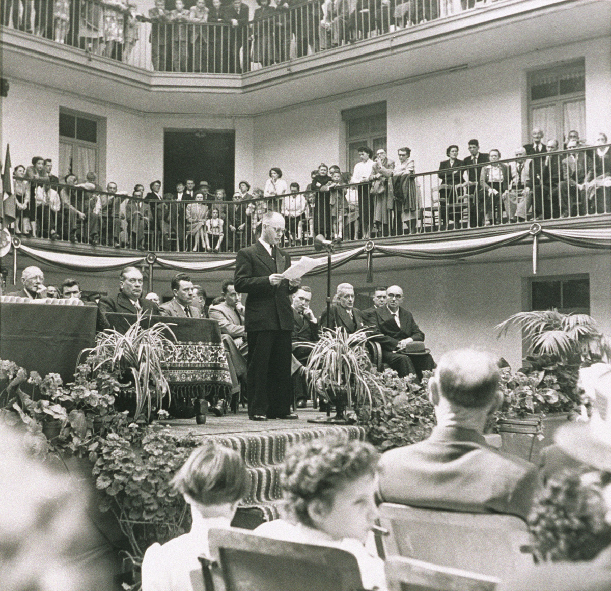 Raymond Anstell lit un discours lors de la fête du Travail du Familistère.