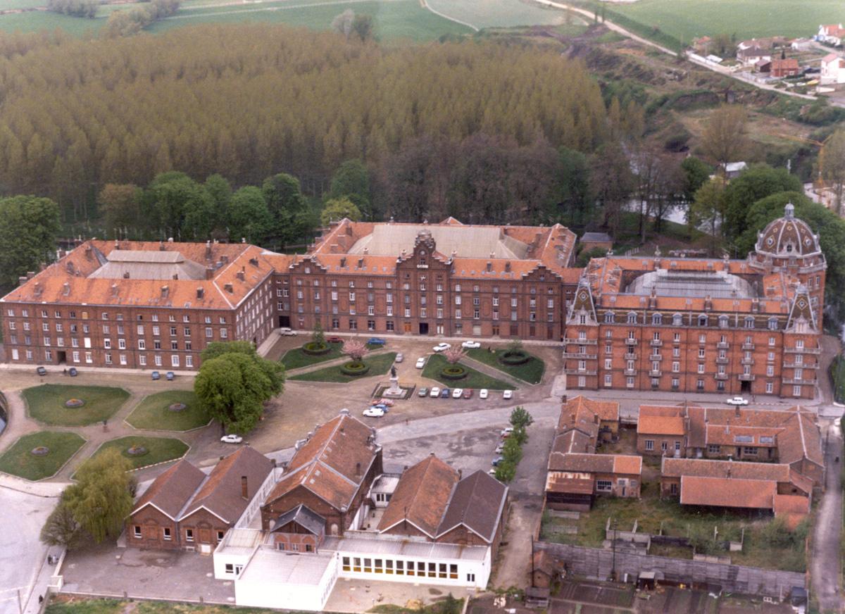 La vue aérienne montre le Palais social vers 1980