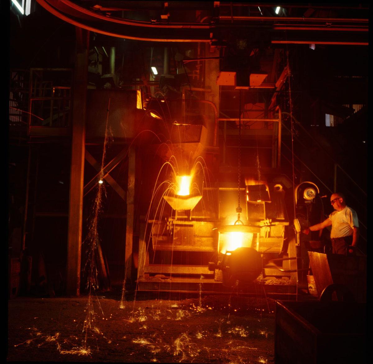 La photographie montre une coulée de fonte dans l'usine Godin SA.