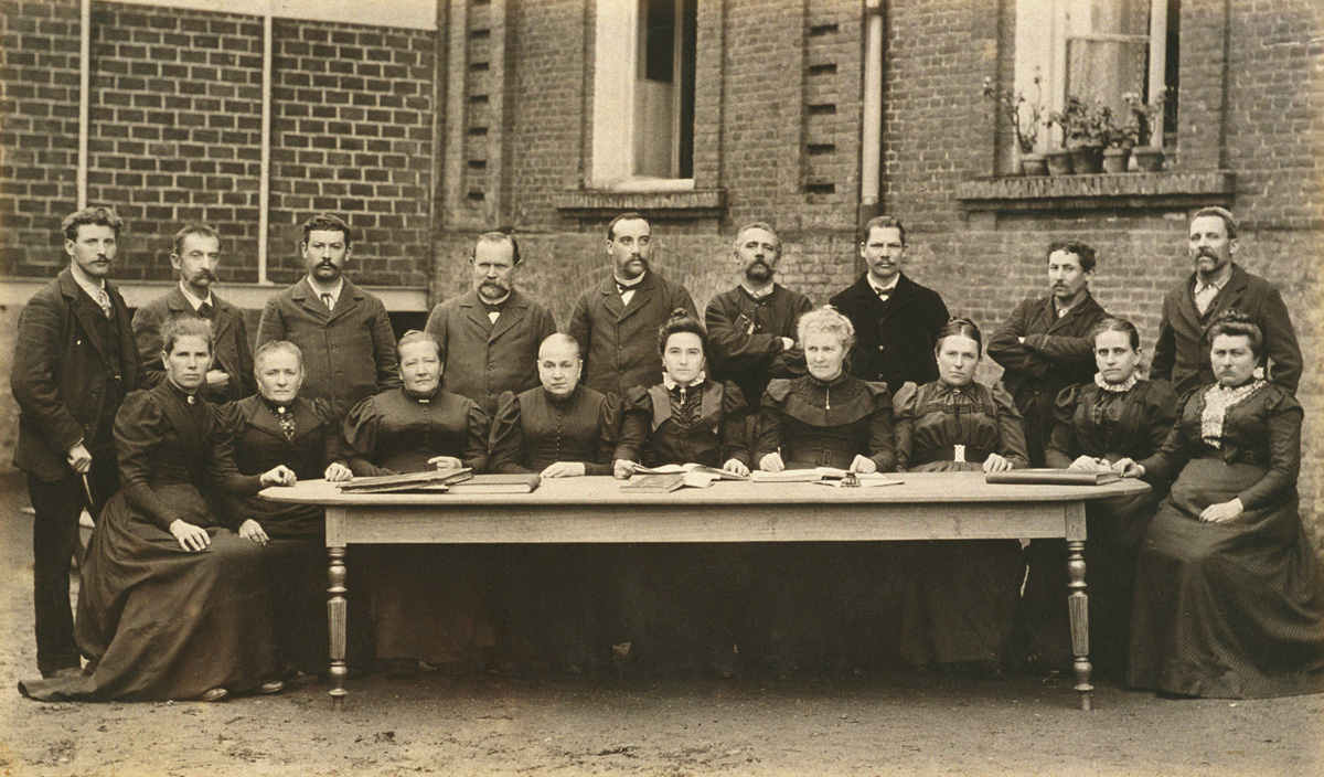 Les membres du comité des assurances mutuelles pose derrière le pavillon central