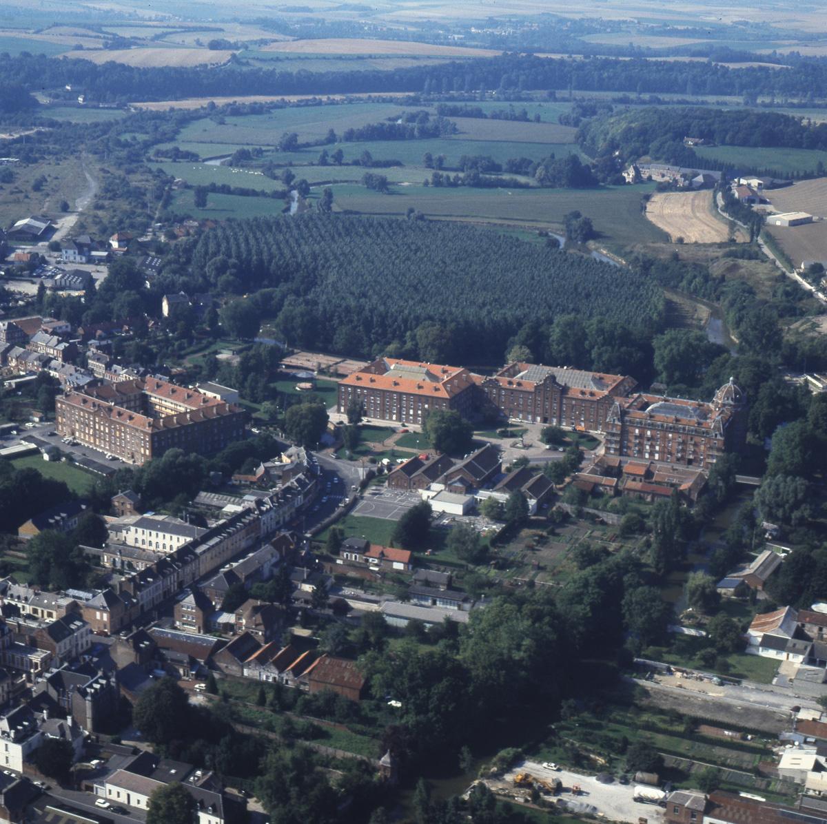 Cette vue aérienne du Familistère de Guise a été prise vers 1990.