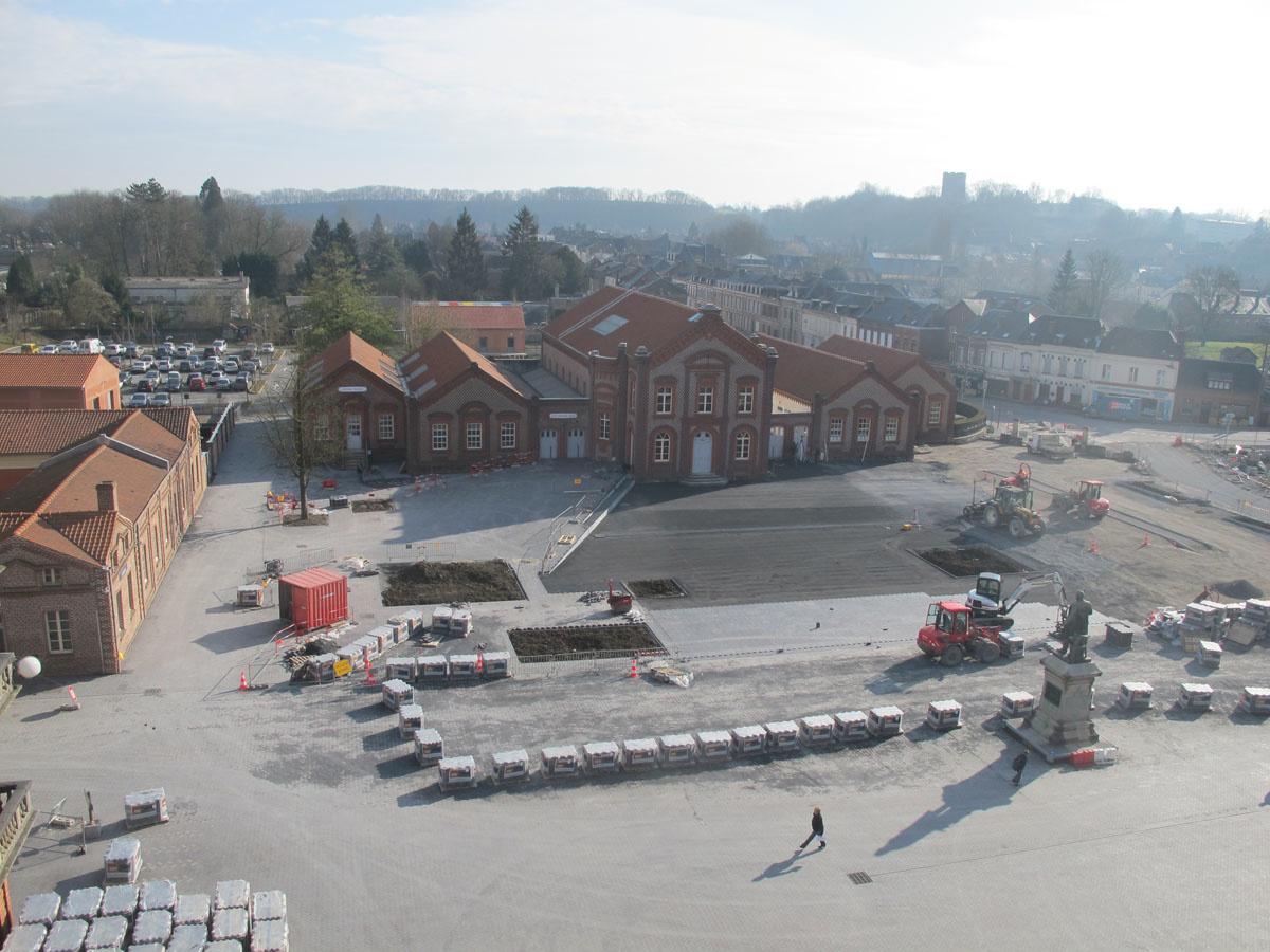 La photographie montre le chantier de la place du Familistère.
