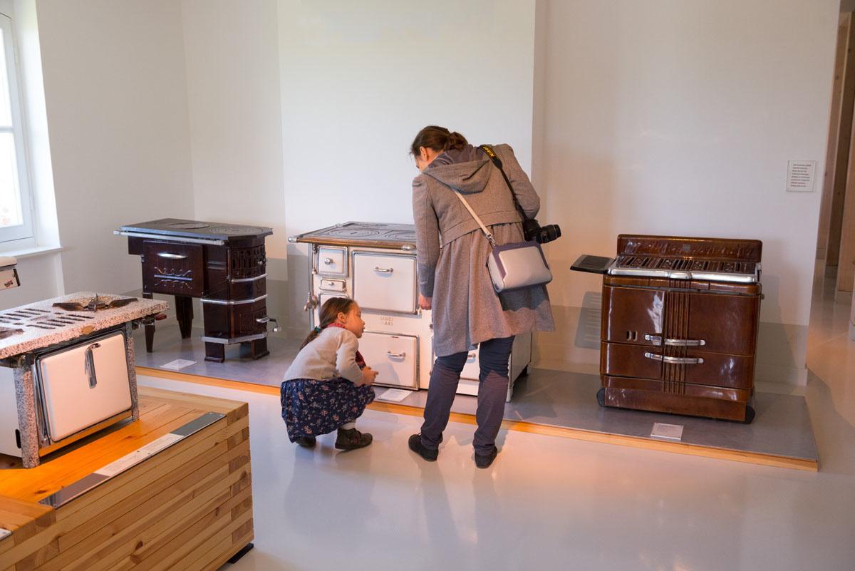 Une famille visite une salle d'exposition dans le pavillon central.