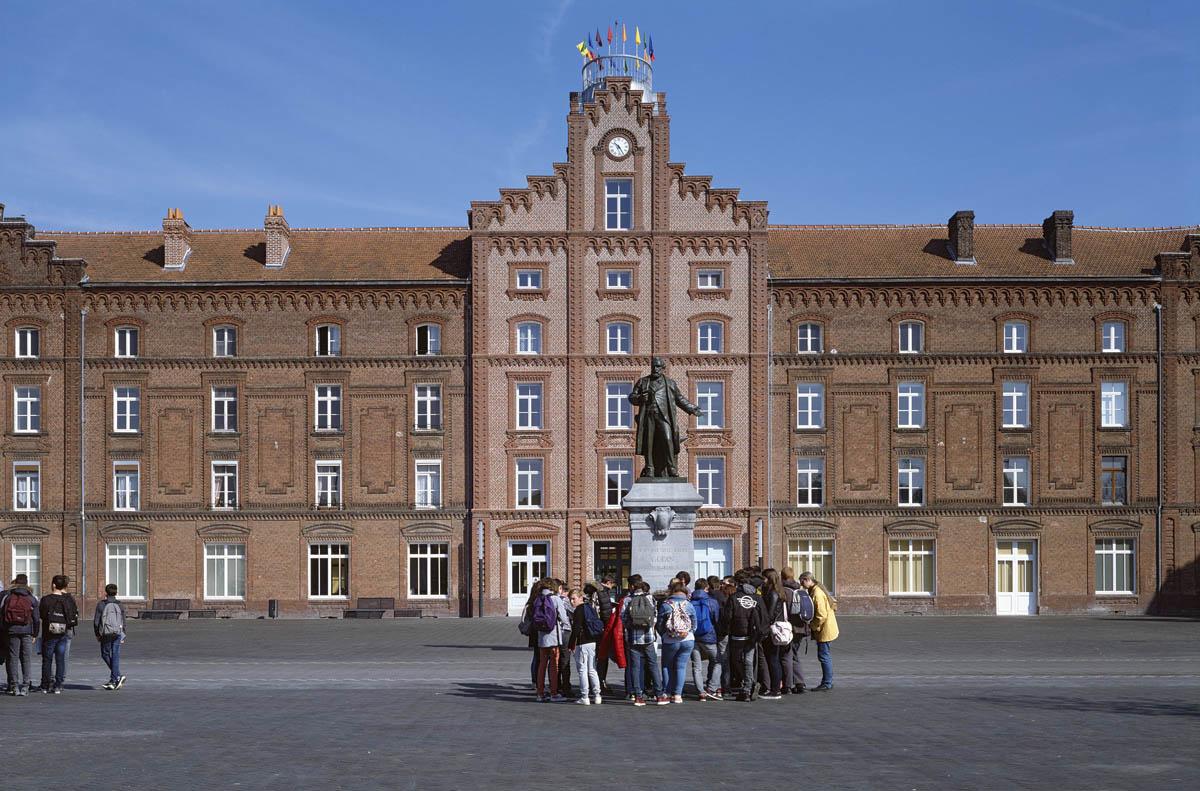 Un groupe scolaire visite le Familistère.
