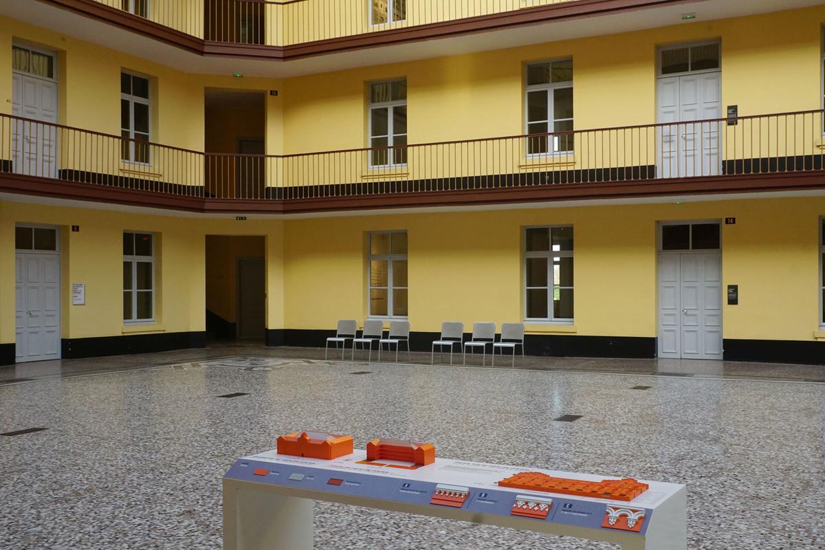 Photographie de la maquette tactile située dans la cour du pavillon central du F