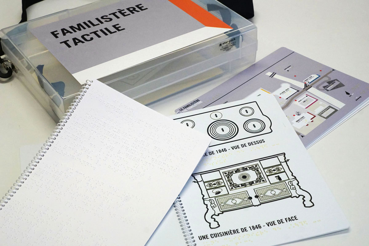 Vue du contenu de la mallette « Le Familistère tactile » proposée aux visiteurs
