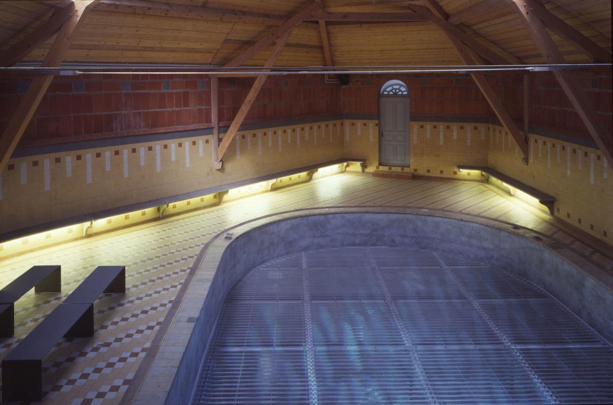 Le bassin de la piscine du Familistère est visible depuis le séchoir.