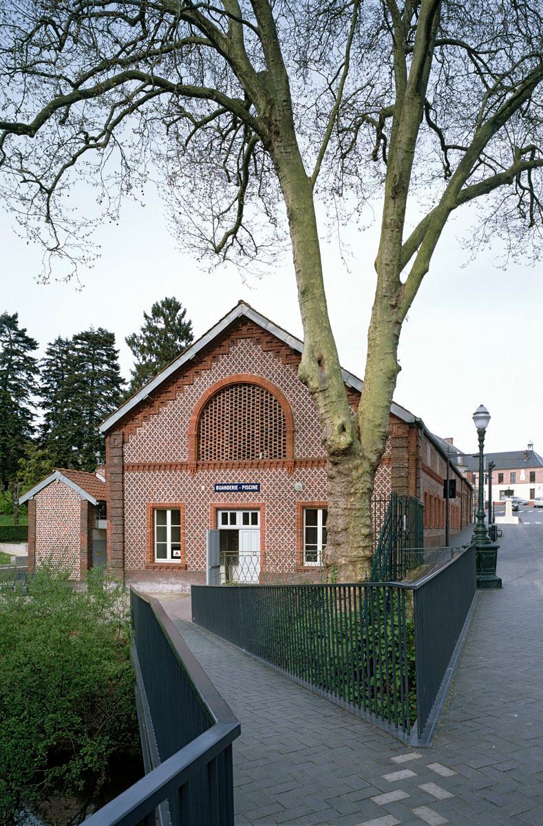 La buanderie-piscine du Familistère se situe au bord de l'Oise.