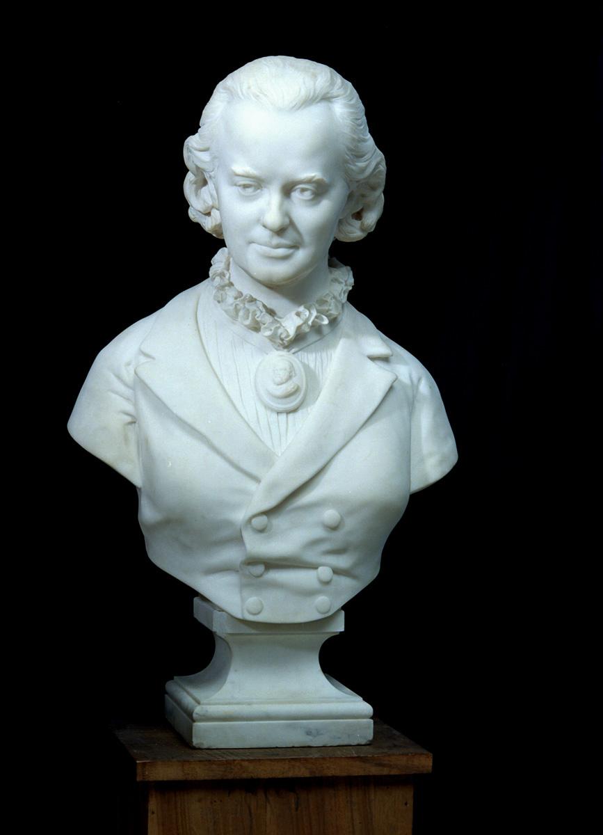 Le buste de Marie Moret est photographié de face.