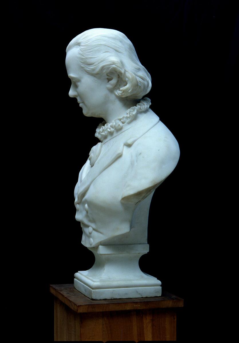 Le buste de Marie Moret est photographié de profil à droite.