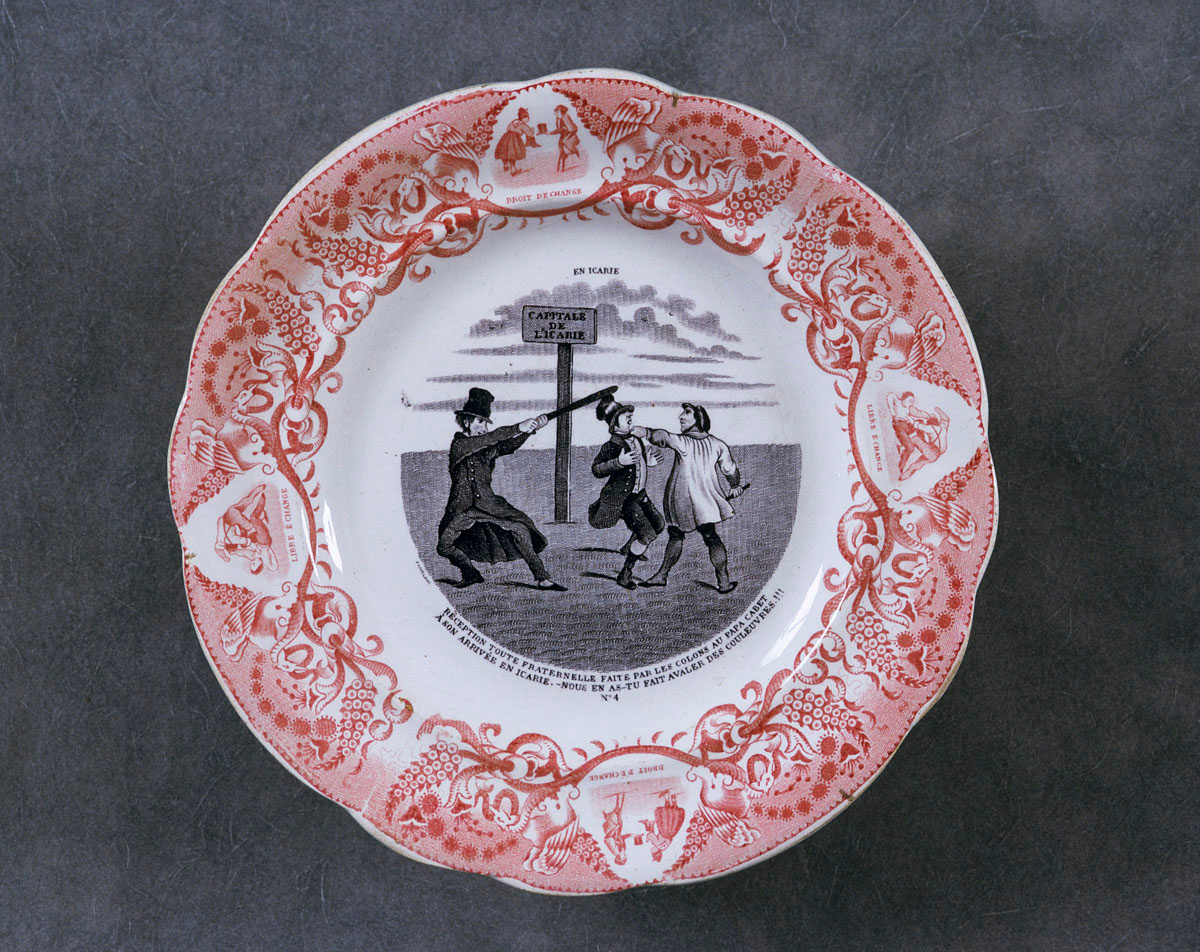 L'assiette est décorée d'une scène satirique relative à l'utopie icarienne de Ca